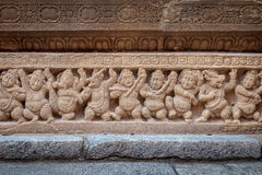 Fät och människan skulpterar i den forntida hinduiska templet av Pallavasen, Kanchipuram Indien Royaltyfri Foto