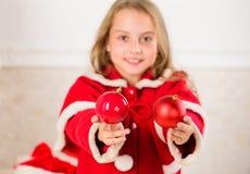 Få barn gällt dekorera Hur man dekorerar julträdet med ungen Flickan som ler framsidahållen, klumpa ihop sig prydnadvit royaltyfri foto