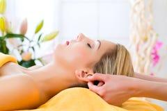 få den head kvinnan för massagebrunnsortwellness fotografering för bildbyråer