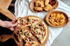 Få din pizza fotografering för bildbyråer