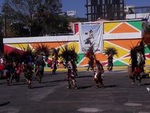 Få effekt mötet av infödda dansare i Mexico - stad royaltyfria bilder