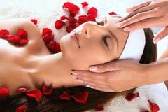 få flicka den head massagen Arkivbilder
