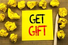 Få gåvan Affärsidé för den fria Shoping kupongen som är skriftlig på klibbigt anmärkningspapper på tappningbakgrunden Vikt guling Fotografering för Bildbyråer
