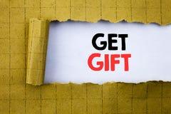 Få gåvan Affärsidéen för den fria Shoping kupongen som var skriftlig på vitbok på gulingen, vek papper Arkivbild