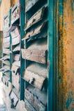 Få gamla brevlådor som hänger på väggen Rostade brevlådor Post från forntiden arkivfoto