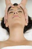 få head massage nätt kvinnabarn fotografering för bildbyråer