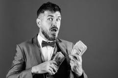 Få kassa lätt och snabbt Affär för kassatransaktion Lätta kassalån För dräkthåll för man formell hög av dollarsedlar royaltyfria bilder