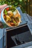 Få klart att fylla en komposttorktumlare royaltyfri bild