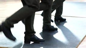 Få kvinnliga klappdansare som bär flåsanden som visar olika moment i studio med det reflekterande golvet Fotografering för Bildbyråer