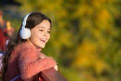 Få lyckligt Tycker om den moderna hörlurar för flicka för att koppla av Se på ljus sida Hemligheter till att lyfta det lyckliga b royaltyfria bilder