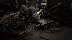 Få mikrofoner i solid studio med trådar Royaltyfri Foto