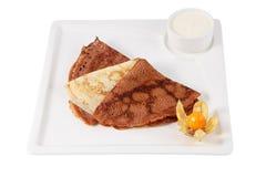 Få plattar till stekte pannkakor vikta i trianglar som tjänas som på plattan Royaltyfri Fotografi