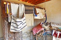 Få sadlar i en förrådsrum i en lantgård Arkivbilder