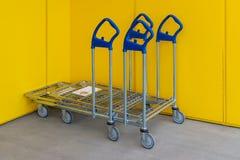 Få shoppa vagnar med den Ikea logoen på ingången av det namngivande shoppar arkivbild