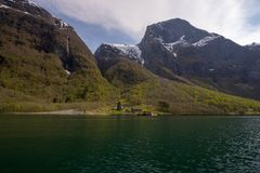 få små lantliga hus i aurlandsfjord i försommar Royaltyfria Foton