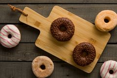 Få sorter av donuts på den svarta bakgrunden Arkivbilder