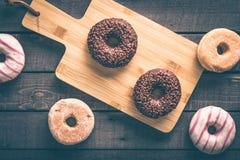 Få sorter av donuts på den svarta bakgrunden Royaltyfri Fotografi
