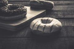 Få sorter av donuts på den svarta bakgrunden Royaltyfria Foton