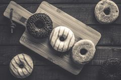 Få sorter av donuts på träbakgrunden Royaltyfri Foto