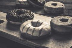 Få sorter av donuts på träbakgrunden Royaltyfria Bilder