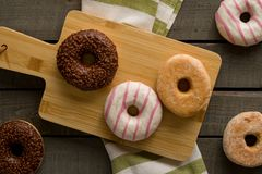 Få sorter av donuts på träbakgrunden Royaltyfria Foton