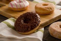 Få sorter av donuts på träbakgrunden Royaltyfri Bild