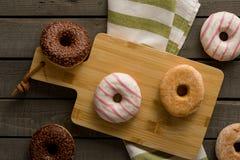 Få sorter av donuts på träbakgrunden Royaltyfri Fotografi