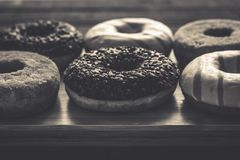 Få sorter av donuts på träbakgrunden Arkivbild