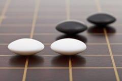 Få stenar under går modigt spela Arkivfoton
