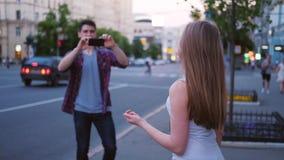 Fåfänga för vän för mobil fotografihobbyman kvinnlig arkivfilmer