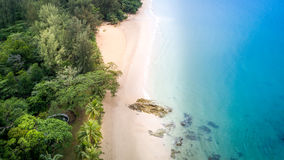 Fågelöga för bästa sikt av havssandstranden - Khao Lak Thailand Royaltyfria Bilder