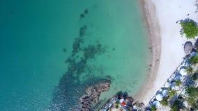Fågelögonflyget ovanför azurhavet och vitsand sätter på land stock video