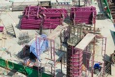 Fågel-beskåda konstruktionsplatsen, arbetare som arbete strukturerar med cementerar royaltyfri fotografi