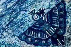 Fågel, turkos och violett varm batik, bakgrundstextur som är handgjord på silke royaltyfri foto