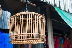 Fågelbur som är handgjord från bambu som är trä i Thailand Royaltyfria Foton
