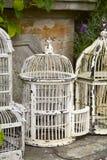 Fågelburar för vit metall för tappning Fotografering för Bildbyråer