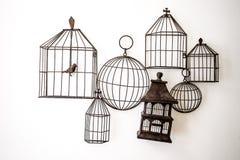 Fågelburar som hänger på väggen Arkivfoto