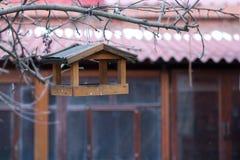 fågelförlagematare Royaltyfria Foton