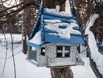 Fågelförlagematare i form av ett hus under snön, Novosibirsk, Ryssland arkivfoton