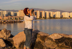 Fågeliakttagare med kikare Arkivfoton