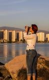 Fågeliakttagare med kikare Fotografering för Bildbyråer
