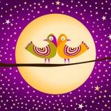 Fågelpar med fullmånen och stjärnor Royaltyfria Bilder