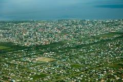 Fågelperspektiv av den Georgetown staden som tas från ett flygplan, Guyana arkivfoton
