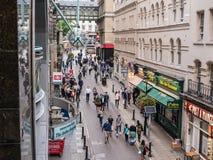 Fågelperspektiv av den Villiers gatan från övrenivå av Charing C Arkivbild