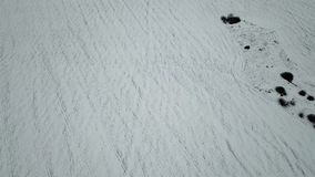 Fågelperspektiv av snö-täckte fält stock video