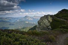 Fågelperspektiv från en bergkant i de Carpathian bergen Royaltyfri Fotografi