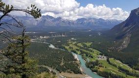 Fågels sikt för öga av dalen i den Banff nationalparken, Alberta, Kanada royaltyfri fotografi