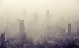 Fågels sikt för öga av den Shanghai staden på skymning Royaltyfri Foto