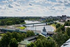 Fågelsikt av broar över Volgaet River och stadspanoraman av Yaroslavl Royaltyfria Foton