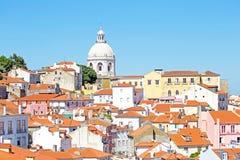 Fågelsikt av centrala Lissabon med färgrika hus och det orange taket Arkivfoton